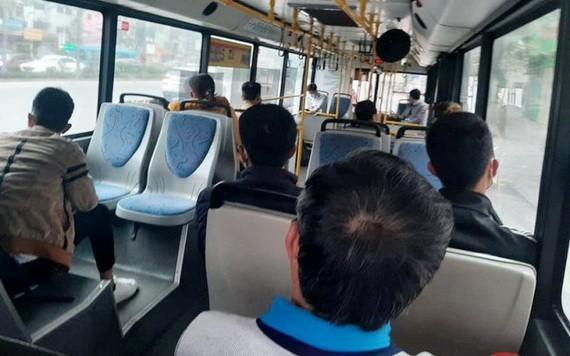 河內市從本月8日零時起,解除在公共客運車輛上落實社交距離限制。(圖源:越雄)