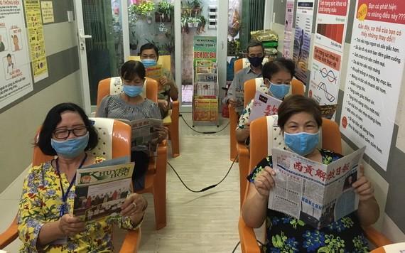 越、華婦女在閱覽室閱讀書報。