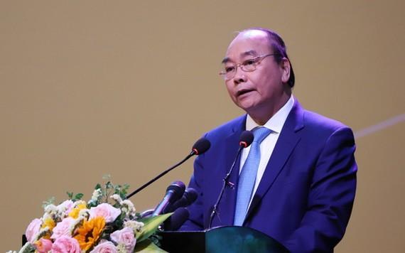 政府總理阮春福在會議上發表講話。