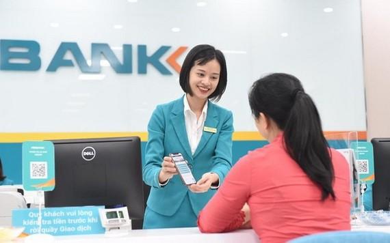 銀行人員向民眾諮詢消費貸款服務。