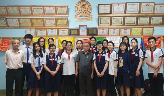 文朗學校老師與考生合照。