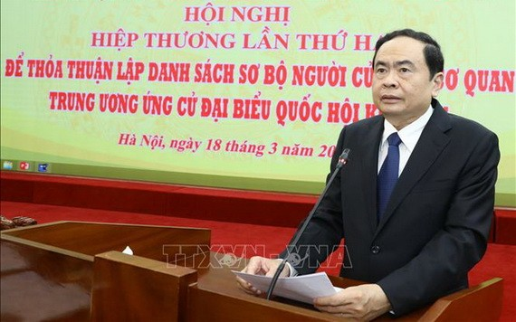 越南祖國陣線中央委員會主席陳清敏在協商會議上發言。(圖源:越通社)