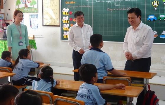 教育與培訓部副部長阮友度與學生交談。(圖源:秋心)