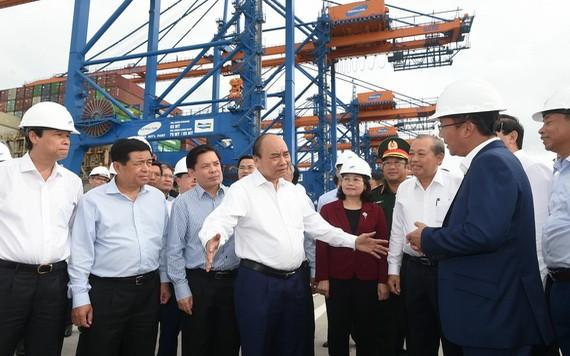 阮春福總理(中)視察丐密-氏槐深水港。