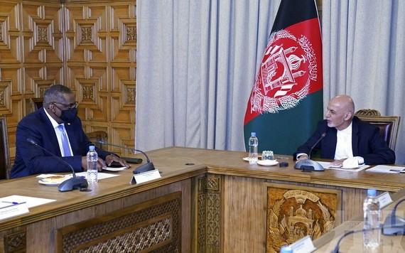 美國國防部長奧斯汀(左)與阿富汗總統加尼舉行會談。(圖源:AP)