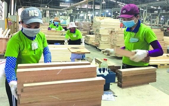 本市中小企业获辅助恢復产销活动。