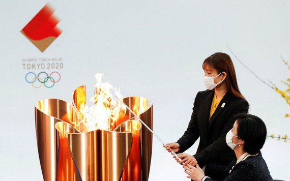 日本演員石原裏美與殘奧運動員參與點燃聖火。(圖源:互聯網)