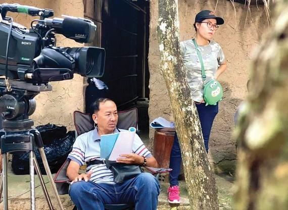 導演丁德廉在片場上指導演出。