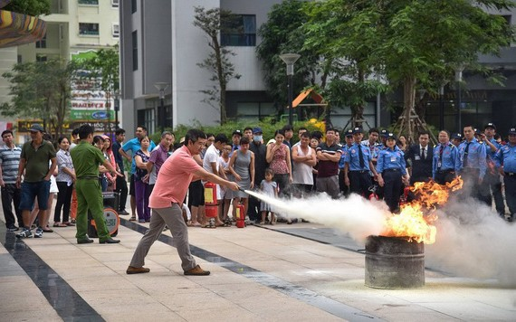 本市某公寓居民進行滅火消防演習,增強消防安全意識及應變能力。(圖源:如玉)