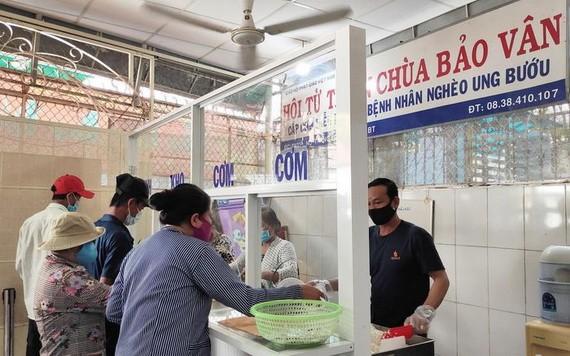 寶雲寺慈善素食廚房免費提供素食飯菜。