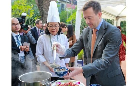 越南美食深受外國友人喜愛。(圖源:明山)