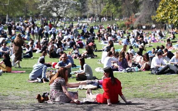 法國總統馬克龍3月31日宣佈,由於疫情嚴峻,全國從4月3日起第三度封城。在馬克龍講話之前,法國人在巴黎的蒙索公園野餐、曬太陽,當中大多數人沒有戴口罩。 (圖源:新華社)
