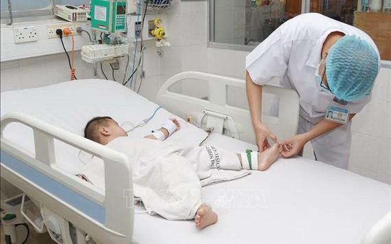 一名患兒因手足口病住進市熱帶病醫院重症監護室接受治療。(圖源:丁姮)