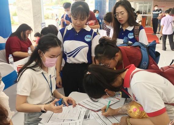 勞動者在就業平台上尋找工作機會。(圖源:清宇)