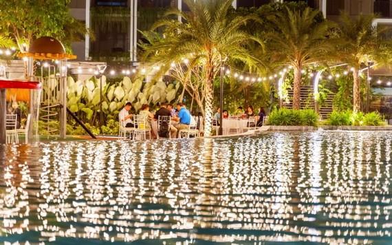 居民盡情享受在The Standard項目區內的湖邊晚宴(實景圖)