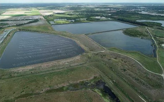 美國佛羅里達州的廢水池牆壁出現裂縫,放射性物質廢水恐外洩。(圖源:路透社)