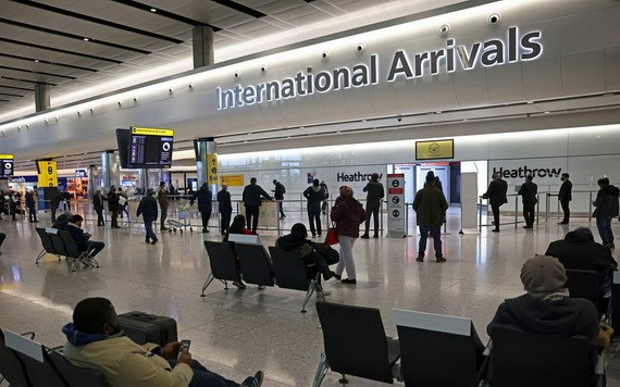 人們在倫敦希思羅機場的到達大廳等候。 (圖源:路透社)
