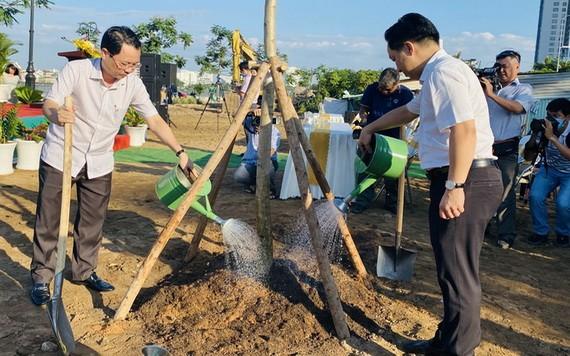 守德市領導參加植樹活動。(圖源:仕興)