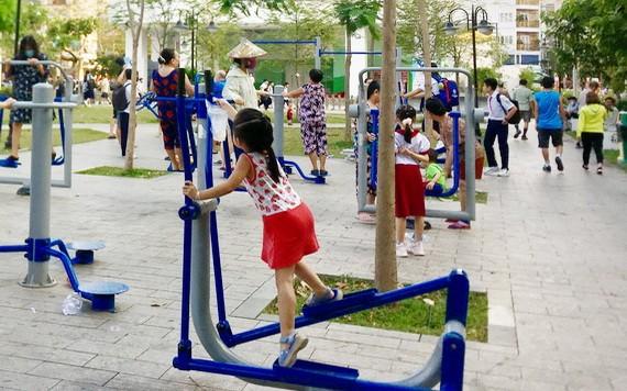 居民在社區裡的小廣場鍛鍊身體和玩耍。