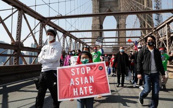 """遊行隊伍中手持""""停止仇恨亞裔""""標語的亞裔孩童。(圖源:互聯網)"""