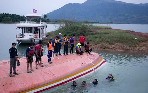 數名搜救人員下水搜救。(圖源:新華社)