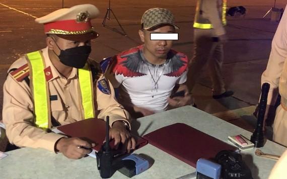 交警檢測駕駛者的酒精濃度。(圖源:交警局)