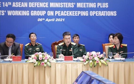 越南維和專家小組長莫德仲大校(中)在會議上發言。(圖源:越通社)