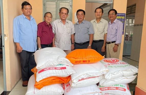 天后宮理事向土龍木市盲人會贈送1000萬元及500公斤大米。
