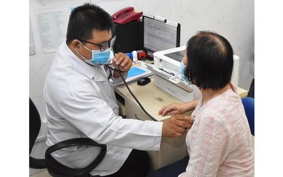 病人持醫保卡在第一郡西貢全科醫院診治病。