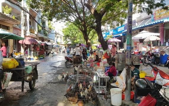小商販在舊邑郡阮文功街上出售活家禽。