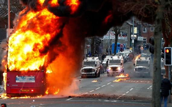 4月7日,英國北愛爾蘭首府貝爾法斯特發生嚴重示威衝突,一輛公車當街被縱火焚燒。(圖源:路透社)