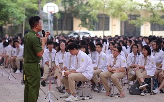警務員與學生們進行對話交流,以加強對校園安寧的宣傳。(示意圖源:嬌江)