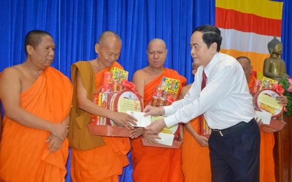 國會常務副主席陳清敏向各僧侶贈送禮物。(圖源:俊光)