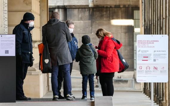 4月9日,在德國首都柏林新博物館的入口,工作人員檢查參觀者的新冠病毒檢測陰性證明。(圖源:新華社)