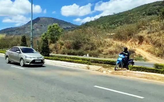 聯姜-普仁高速公路上的分隔綠帶遭人打斷數十處,機車可隨便調頭,造成交通安全隱患。(圖源:玉河)