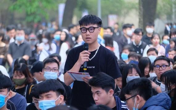 一名高中生在盛會上向主辦單位提問。(圖源:南陳)