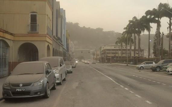 拉丁美洲加勒比海島國聖文森特和格林納丁斯的蘇弗里耶爾火山9日噴發,大量火山灰飄落,當地房屋、汽車和道路覆蓋著一層灰燼。(圖源:推特)
