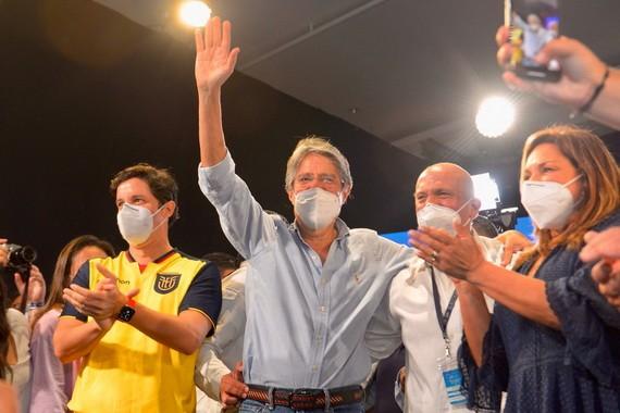 吉列爾莫·拉索(中)在得知第二輪投票結果後慶祝自己的勝利。(圖源:AFP)