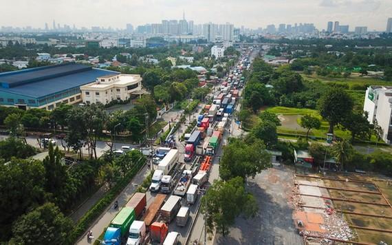 通往吉萊港和富友港的同文貢街經常出現交通擁堵現象。(圖源:光定)