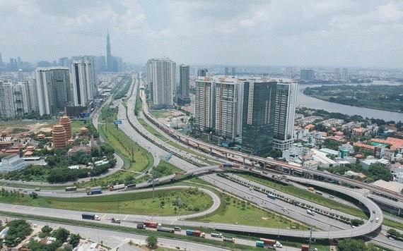 守德市的现代交通基础设施。(图源:高昇)