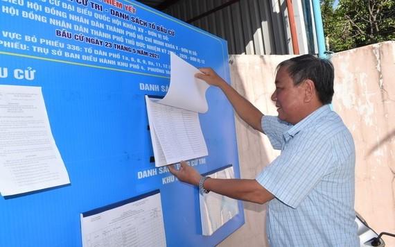 市民查看選民名單。(圖源:廷理)