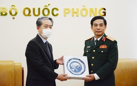 國防部長潘文江上將(右)向中國駐越南特命全權大使熊波贈送紀念品。(圖源:芳玲)