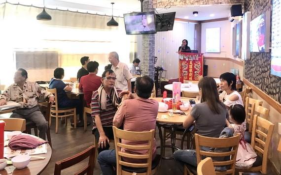 食客在早市歎早茶,唱唱歌,談笑風生。