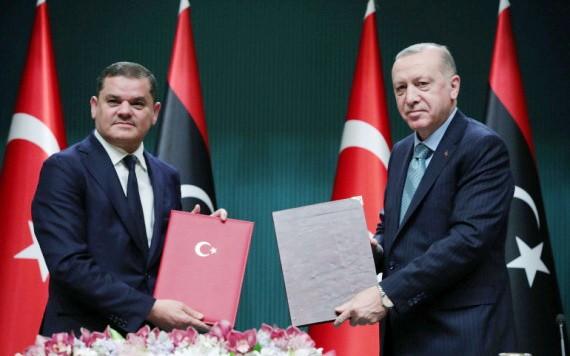 土耳其總統埃爾多安(右)在安卡拉與利比亞民族團結政府總理德貝巴舉行會晤之後表示,這項協議確保了兩國的國家利益和未來。 (圖源:路透社)