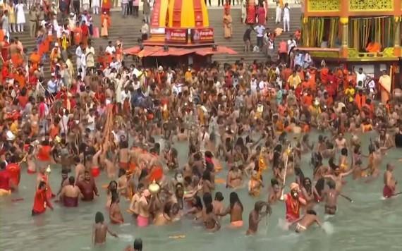印度教信徒在恒河集體沐浴。(圖源:視頻截圖)