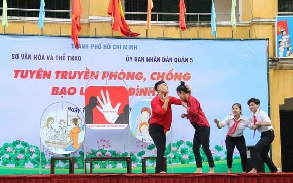 鴻龐中學學生演小品作防止家暴宣傳。