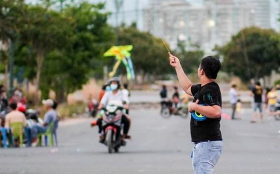 毗鄰多條大道的守德市守添坊守添橋腳旁的一片荒地經常聚集多人玩耍和放風箏。