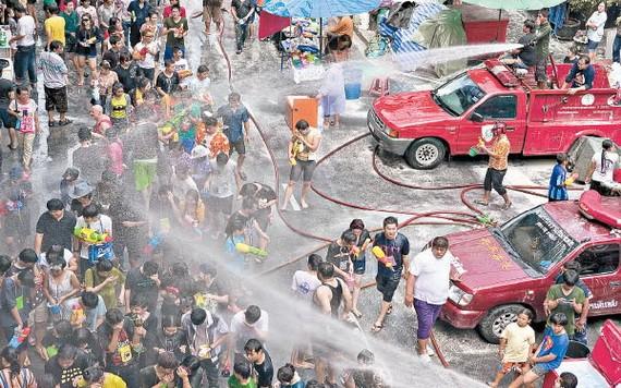曼谷不少民眾參與潑水節。(圖源:Getty Images)