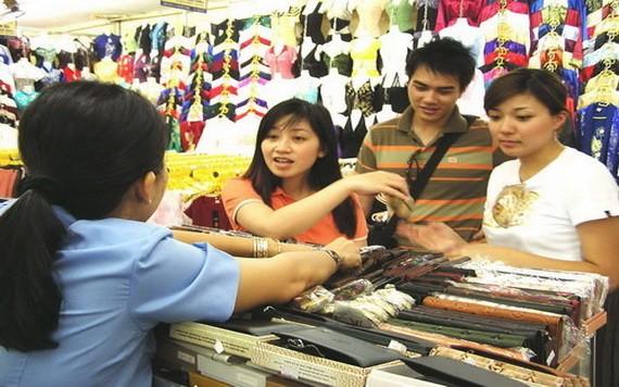 年轻消费者在选购优质国货。