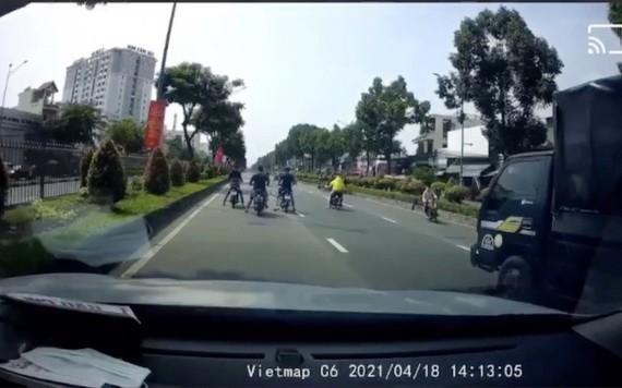 視頻截圖畫面顯示,一群飆車族公然霸佔汽車車道企圖準備飆車競速。